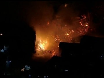 Frame 19.073231 de: Un espectacular incendio destruye al menos 120 viviendas de una favela en Brasil