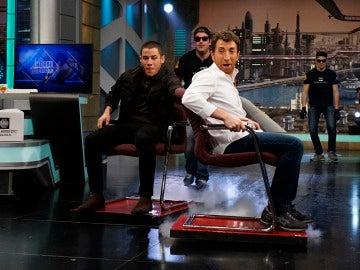 Pablo Motos echa una carrera de sillas con Nick Jonas