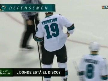 Una pastilla de hockey acaba en el pantalón de un jugador de NHL