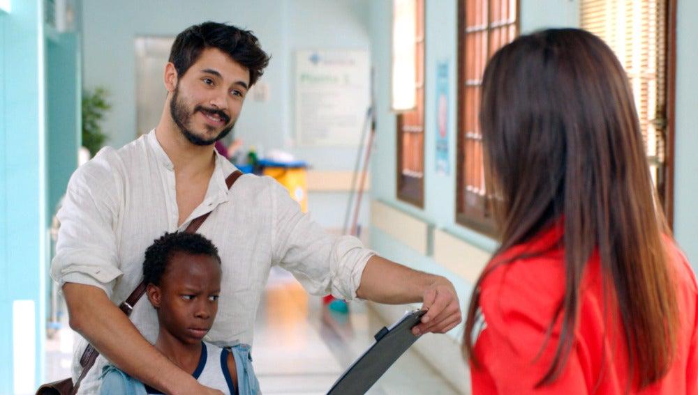 Trini, se queda prendada del médico de la ONG