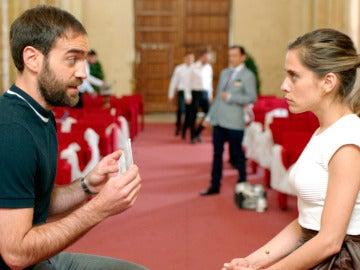 Iñaki le pregunta a Carmen por la carta de su madre