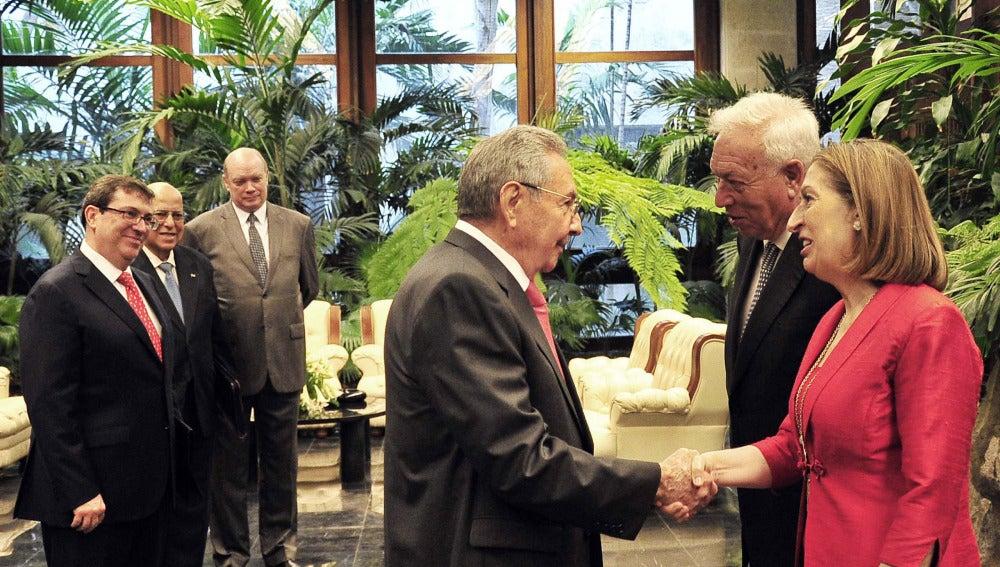 José Manuel García-Margallo y Ana Pastor con Raúl Castro