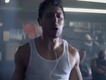 Un hombre haciendo ejercicio durante un anuncio de Heineken