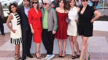 Pedro Almodóvar con el equipo de 'Julieta' en Cannes