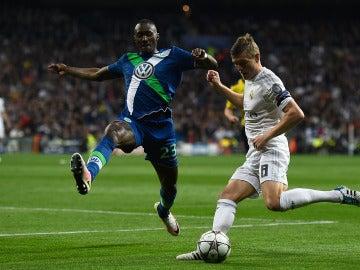 Guilavogui del Wolsburgo ante el alemán Toni Kross del Real Madrid en Champions