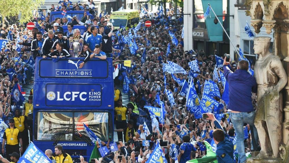 El autobús del Leicester rodeado de gente por las calles de la ciudad