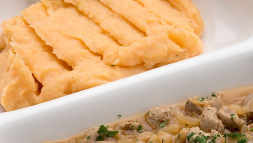Riñones encebollados con puré de patata al pimentón