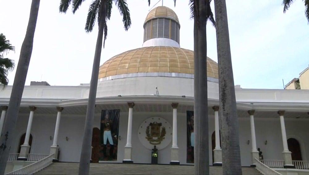 """Frame 1.656292 de: El Parlamento venezolano rechaza por """"inconstitucional"""" el estado de excepción y emergencia económica"""