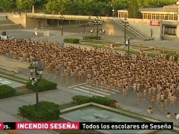 Frame 36.795213 de: El fotógrafo Spencer Tunick planea un acto de protesta ante Donald Trump con cien mujeres desnudas