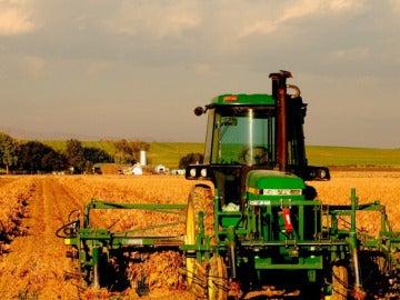 Imagen de un tractor arando