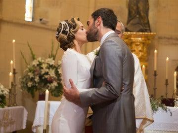 Carmen e Iñaki se besan en el altar