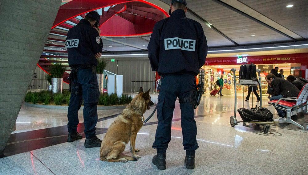 Agentes en el aeropuerto de París