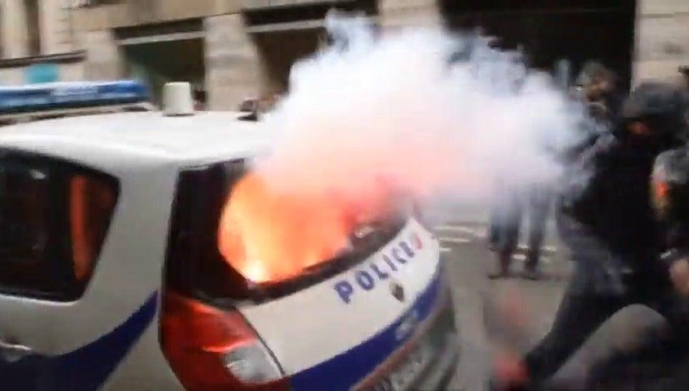 Frame 1.123613 de: Brutal agresión a un policía frances