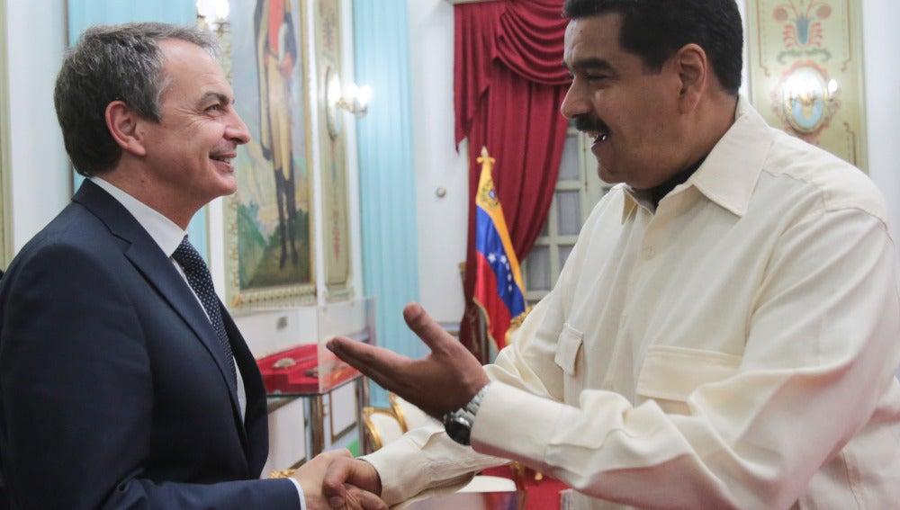 El presidente de Venezuela, Nicolás Maduro, saluda al expresidente español José Luis Rodríguez Zapatero
