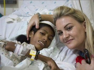 La mujer con el niño tras l aoperación