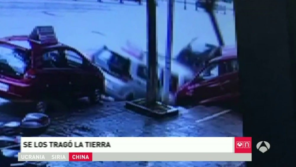 Frame 0.0 de: Un socavón de cinco metros se 'traga' cuatro coches en China