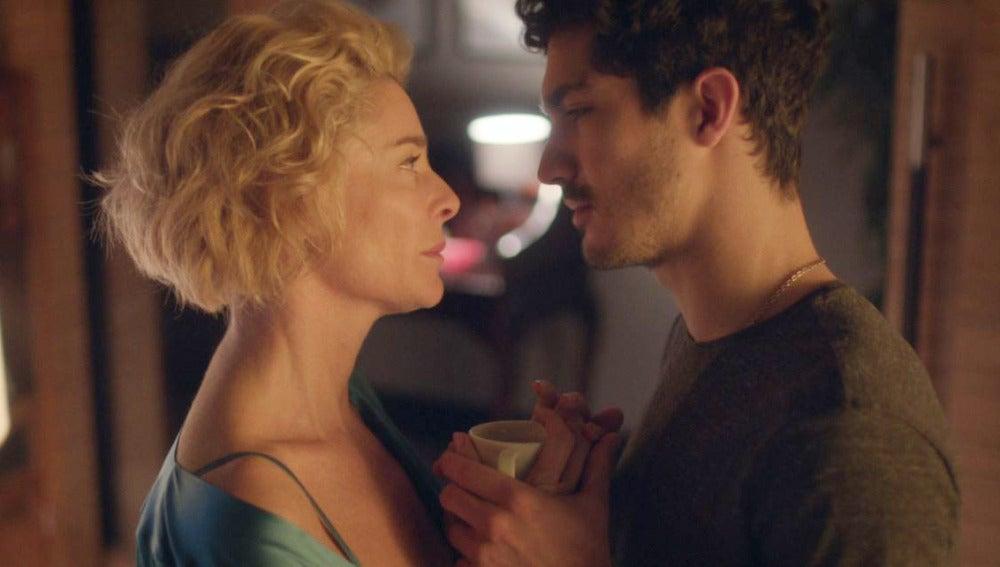 La tensión sexual entre Carlos y Claudia aumenta