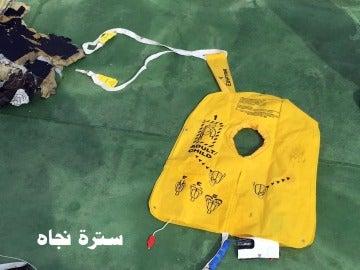 Un chaleco salvavidas encontrado entre los restos del siniestro