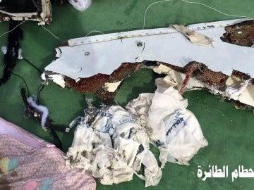 Uno de los restos del avión de EgyptAir encontrados