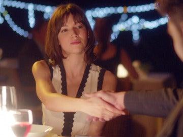 Ester acepta la proposición de trabajo de Roberto