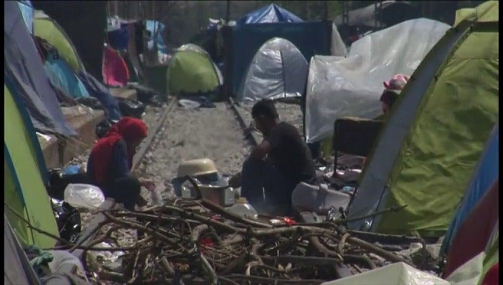 Frame 58.484193 de: La policía griega comienza a desalojar el campamento de Idomeni donde hay más de 8.400 refugiados