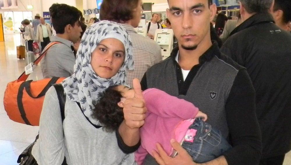 Una pareja de sirios con su hijo antes de viajar a Madrid