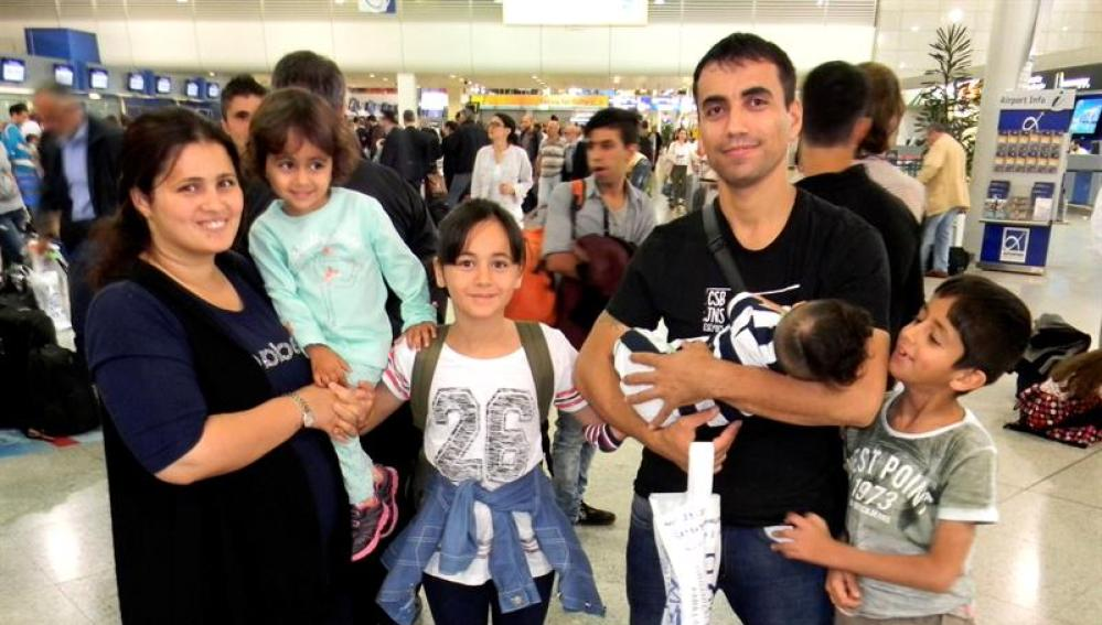 Nafia Bedredin,de nacionalidad iraqui, con su mujer y sus cuatro hijos en el aeropuerto de Atenas