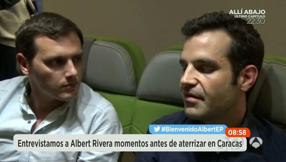 Albert Rivera en el avión rumbo a Venezuela