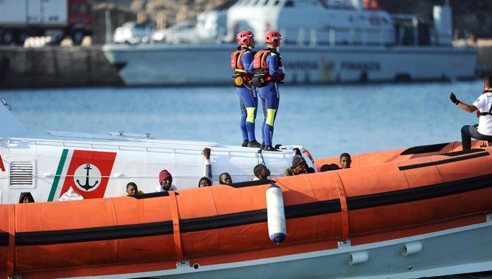 Un barco de la Guardia Costera italiana