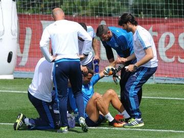 Cristiano Ronaldo es atendido tras chocar contra Casilla
