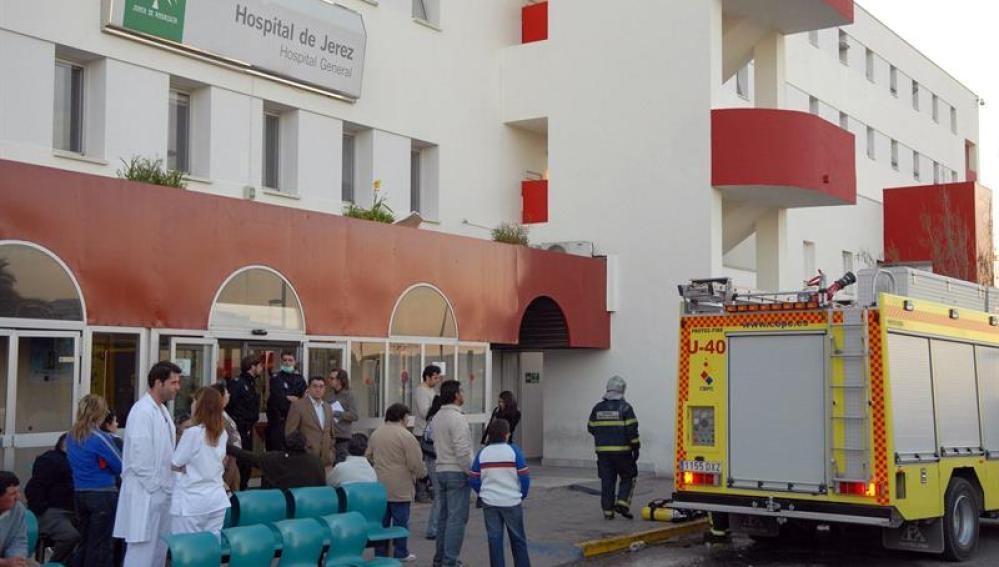 Pacientes, bomberos y personal sanitario permanecen en el exterior del hospital