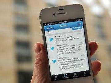 Pantalla de un iPhone con una conversación de Twitter