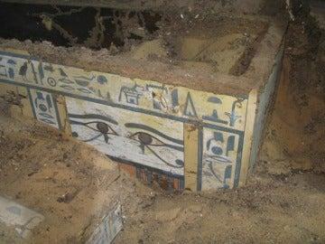 Uno de los ataúdes encontrados por los arqueólogos españoles