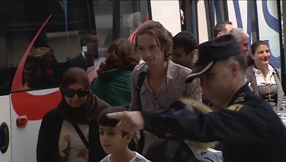 Frame 6.057902 de: Parte hacia Madrid desde Grecia el primer grupo de refugiados que acoge España