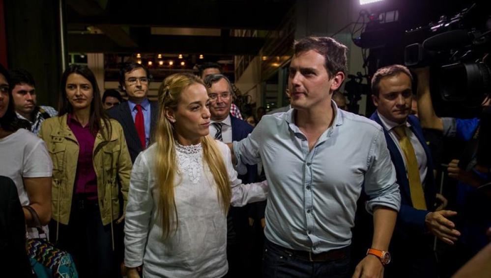 Rivera recibido por la esposa del venezolano Leopoldo Lopez, Lilian Tintori.