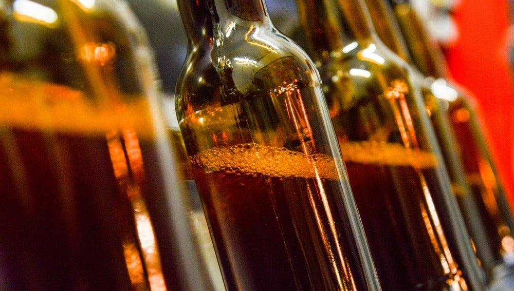 Botellines de cerveza en una fábrica.