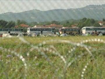 Frame 12.216876 de: La policía griega comienza a desalojar el campamento de Idomeni donde hay más de 8.400 refugiados