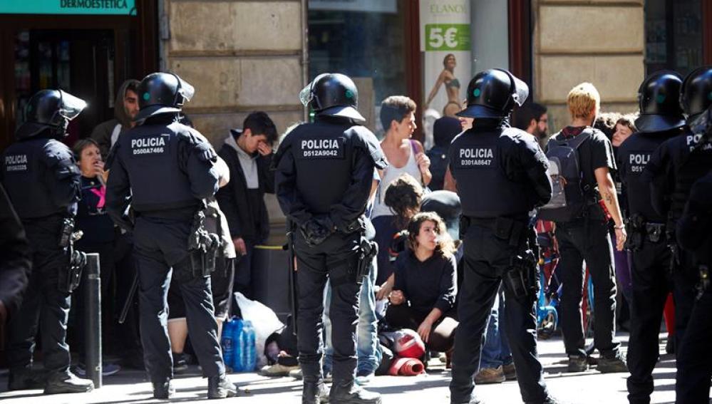 Los Mossos d'Esquadra actúan contra una protesta en Barcelona.