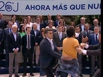 Frame 8.631077 de: Un espontáneo irrumpe en el acto de Rajoy con sus candidatos al grito de 'Sois la mafia'