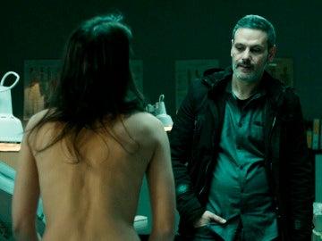 Helena se desnuda delante de Fabio