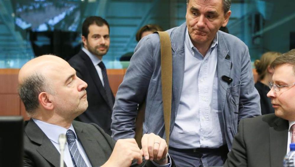 El comisario de Asuntos Económicos, Pierre Moscovici, conversa con el ministro giego Euclides Tsakalotos.