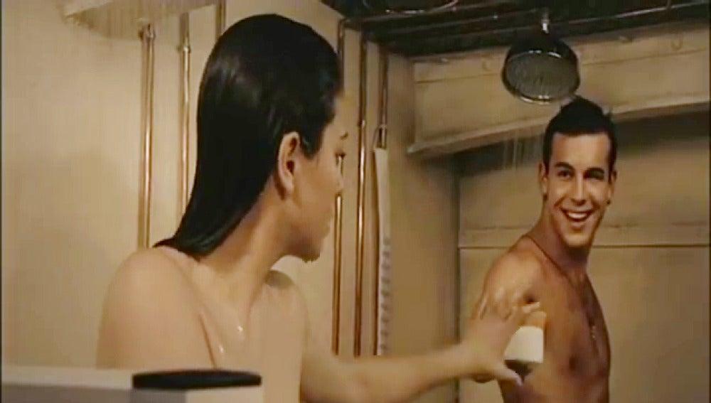Ainhoa y Ulises se duchan en 'El Barco'