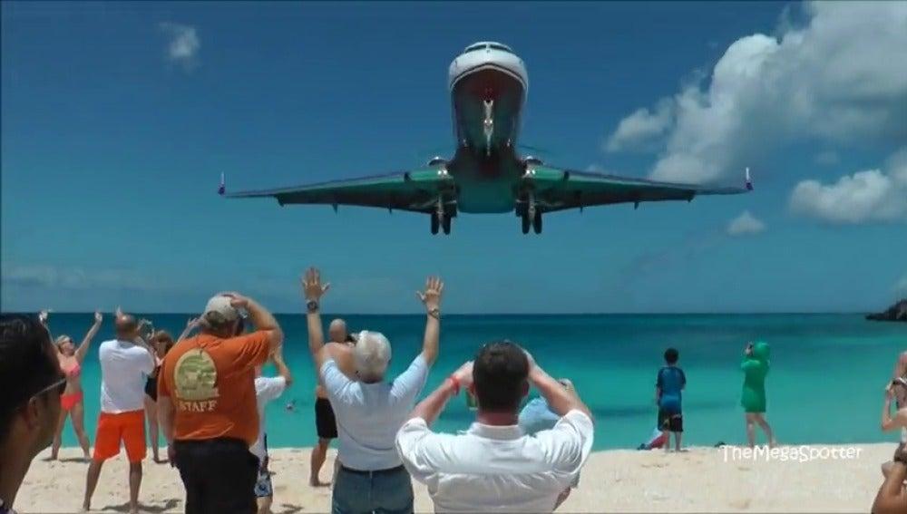 Frame 9.132779 de: Aterrizamos en algunos de los aeropuertos más difíciles del planeta.