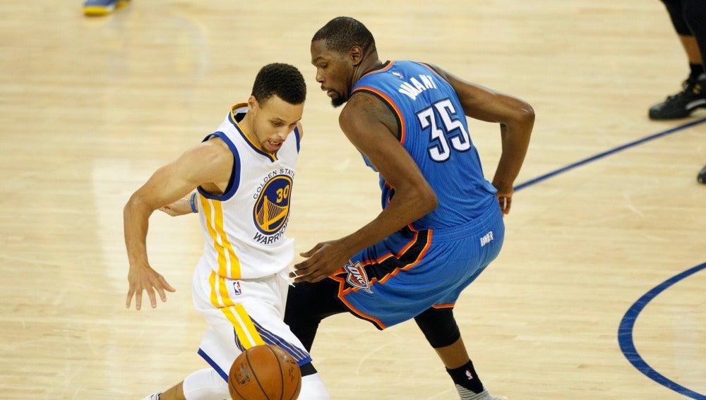 Stephen Curry dribla a Kevin Durant durante el partido