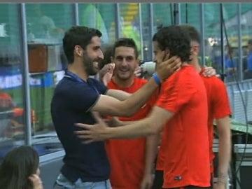Raul Gracía saluda a sus excompañeros en San Siro