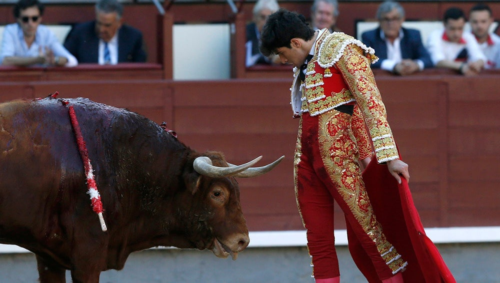 El diestro Alberto López Simón ante su primer toro, durante la vigésimo segunda de la feria de San Isidro
