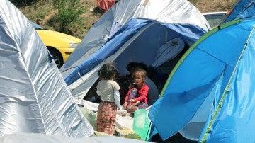 Unos niños en tiendas de campaña
