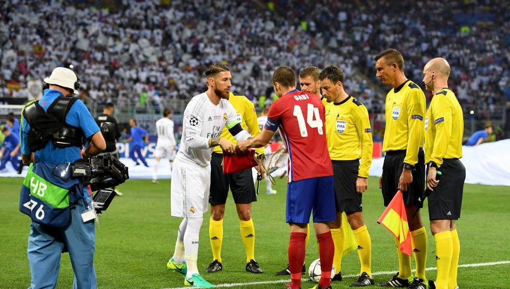 Sergio Ramos y Gabi capitanes del Madrid y Atlético antes del inicio