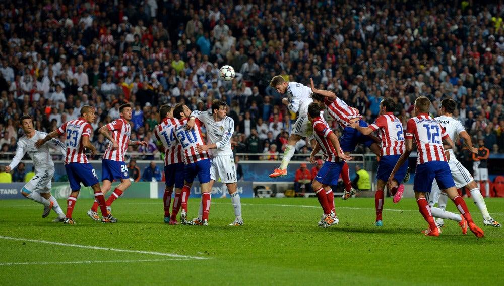 Sergio Ramos marca de cabeza al Atlético de Madrid en la final de Lisboa