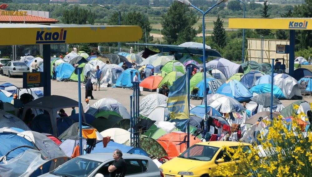 Hileras de tiendas de campaña en Grecia